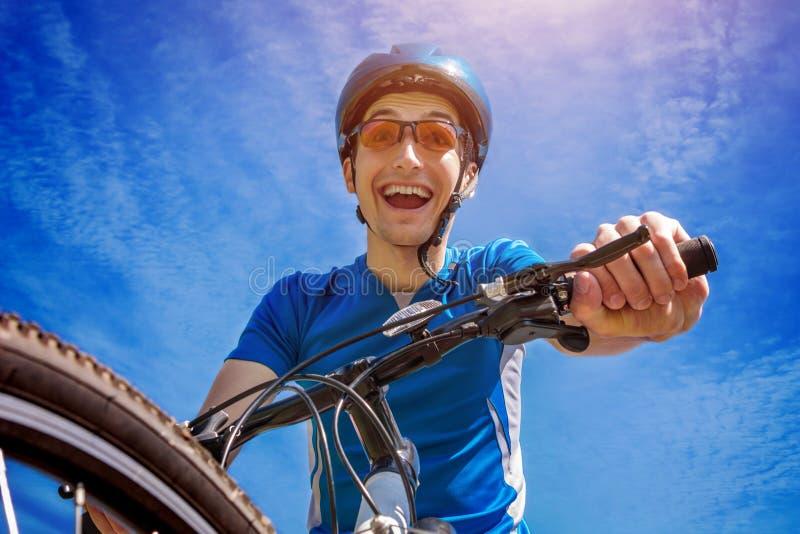 Ciclista novo contra o céu fotos de stock