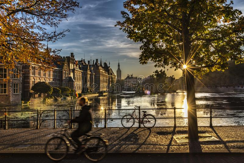 Ciclista - o parlamento e o governo holandeses fotos de stock royalty free