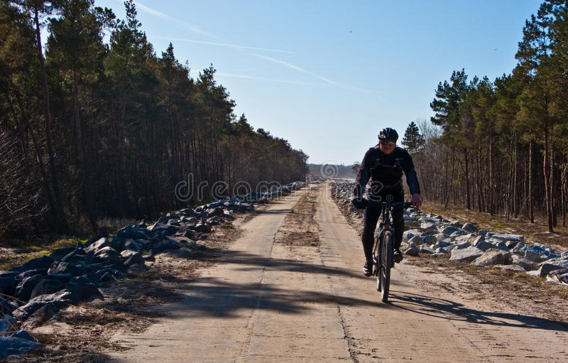 Ciclista ou motociclista no trajeto da bicicleta imagem de stock