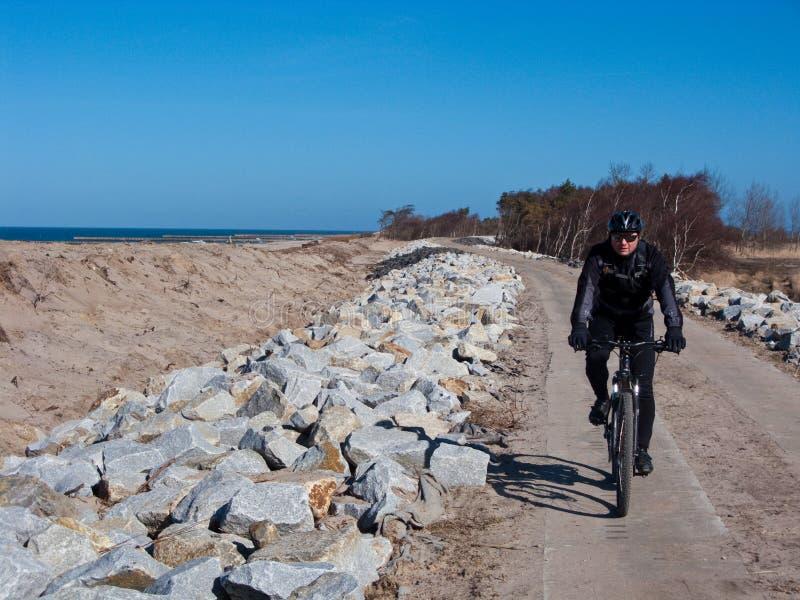 Ciclista ou motociclista no trajeto da bicicleta imagens de stock royalty free