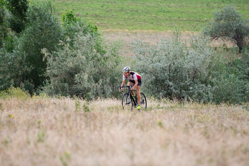 Ciclista professionista che guida all'aperto immagine stock