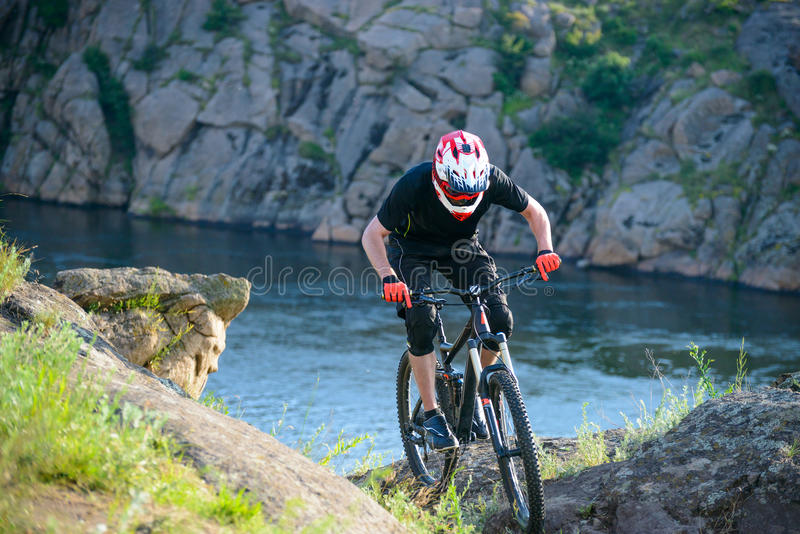 Ciclista profissional que monta a bicicleta na fuga de montanha bonita da mola Esportes extremos foto de stock