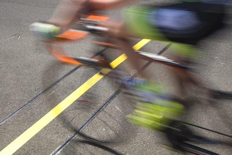 Ciclista que alcanza la línea de meta que compite en una raza imagen de archivo