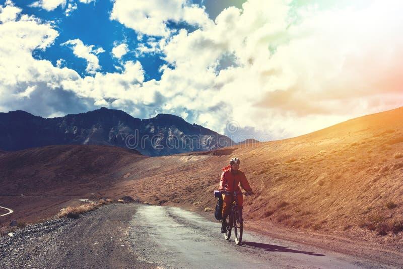 Ciclista que está na estrada das montanhas Estado dos Himalayas, Jammu e Caxemira, Índia norte fotografia de stock