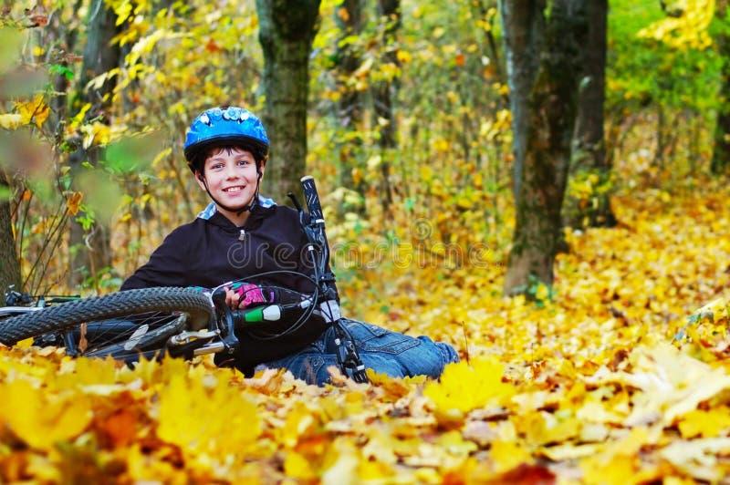 Ciclista que lleva un casco que descansa después de completar un ciclo fotos de archivo libres de regalías