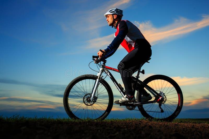 Ciclista que monta la bici imagen de archivo
