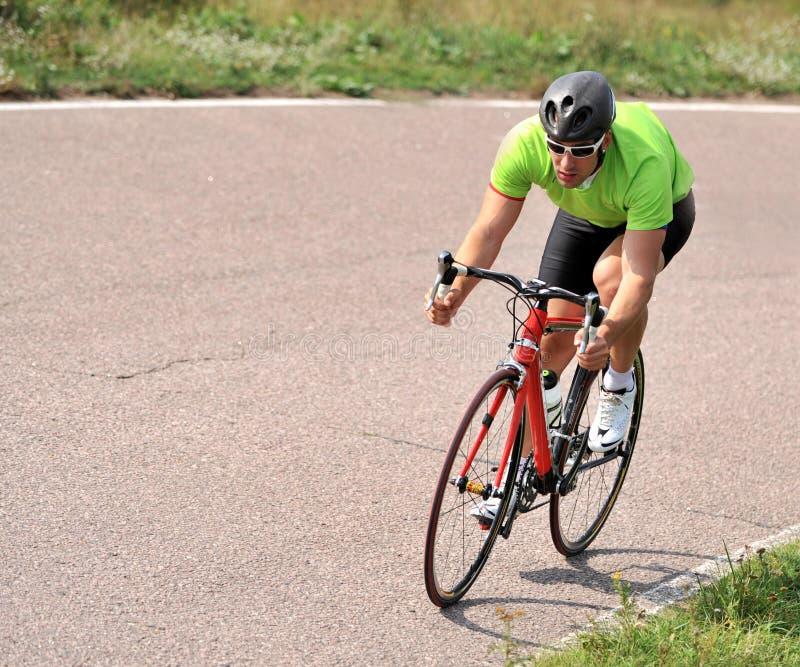 Ciclista que monta uma bicicleta imagem de stock
