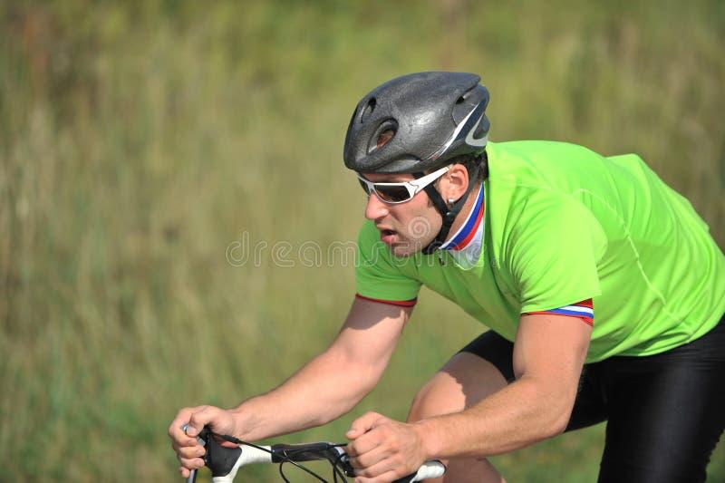 Ciclista que monta uma bicicleta foto de stock royalty free
