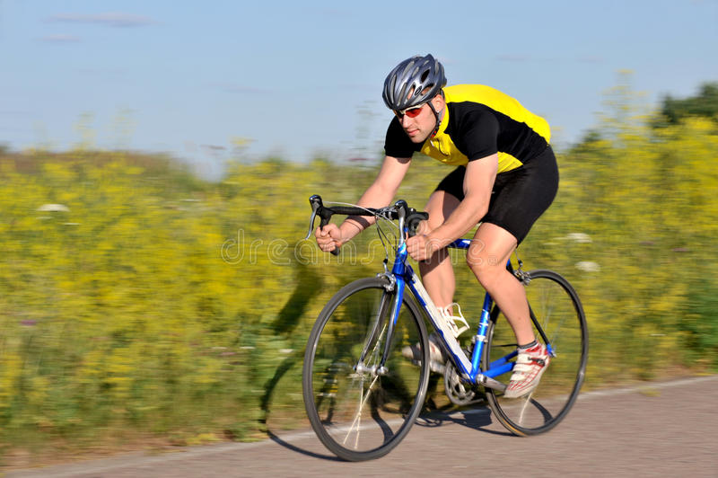 Ciclista que monta uma bicicleta fotos de stock royalty free