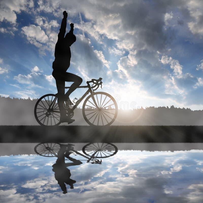 Ciclista que monta uma bicicleta da estrada no por do sol imagens de stock royalty free