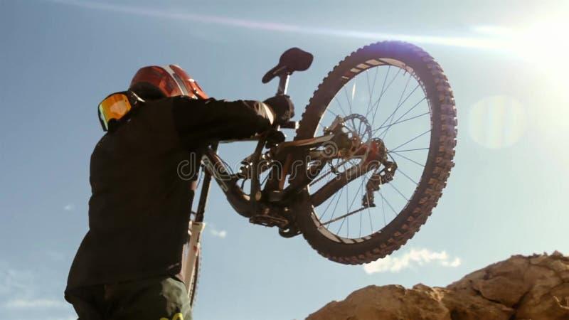 Ciclista que monta uma bicicleta downhill Conceito Biking do esporte extremo fotografia de stock