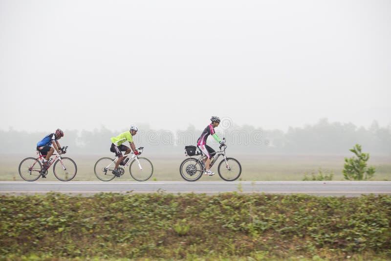 Ciclista que monta uma bicicleta em uma estrada aberta imagens de stock royalty free