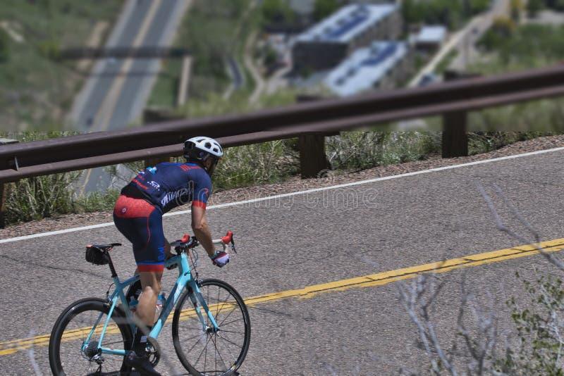 Ciclista que sube la colina en Colorado de oro imagenes de archivo