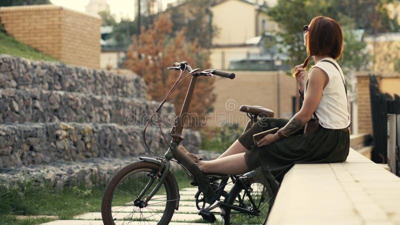 Ciclista Redhaired da mulher que faz o selfie no telefone celular com bicicleta Bicycling da mulher fotos de stock royalty free
