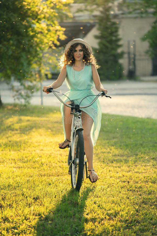 Ciclista rizado bonito fotos de archivo libres de regalías