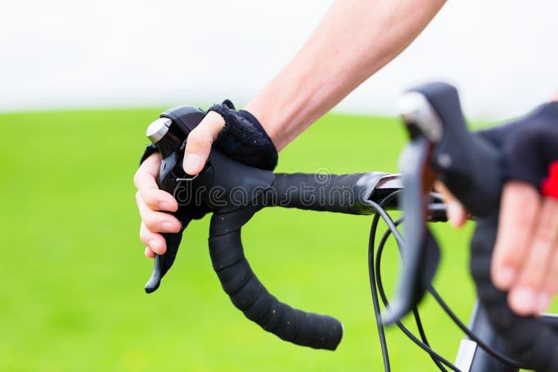Ciclista sulla bici della corsa che pedaling sulla pista della bici immagine stock