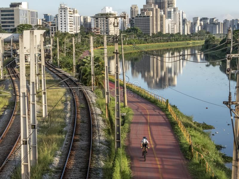 Ciclista sulla pista ciclabile vicino del fiume di Pinheiros, immagini stock libere da diritti