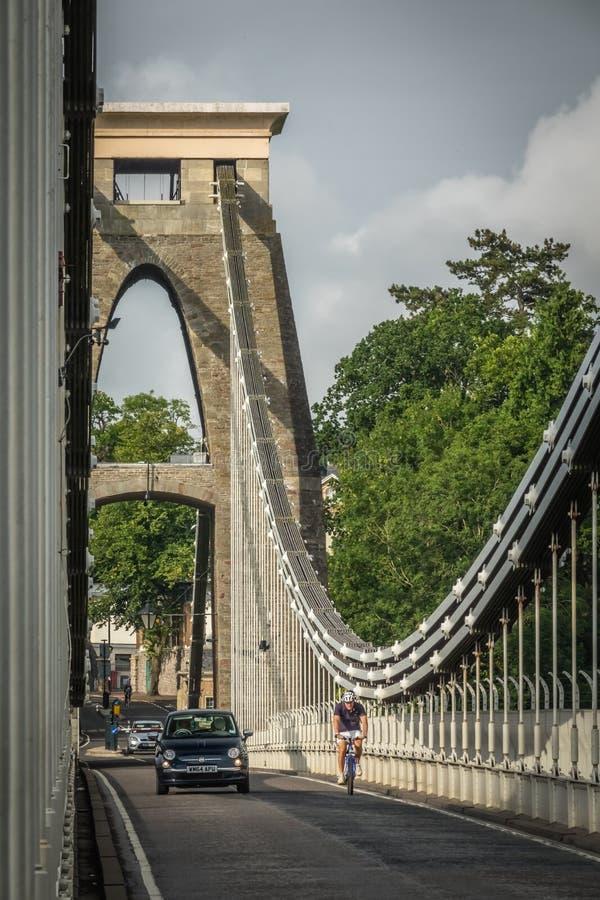 Ciclista y coches en un puente fotografía de archivo