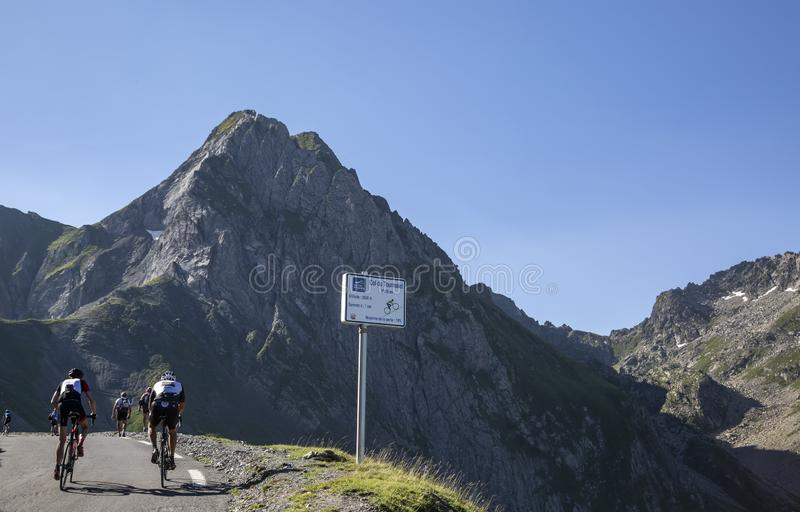 Ciclistas aficionados en Col du Tourmalet - Tour de France 2018 fotografía de archivo