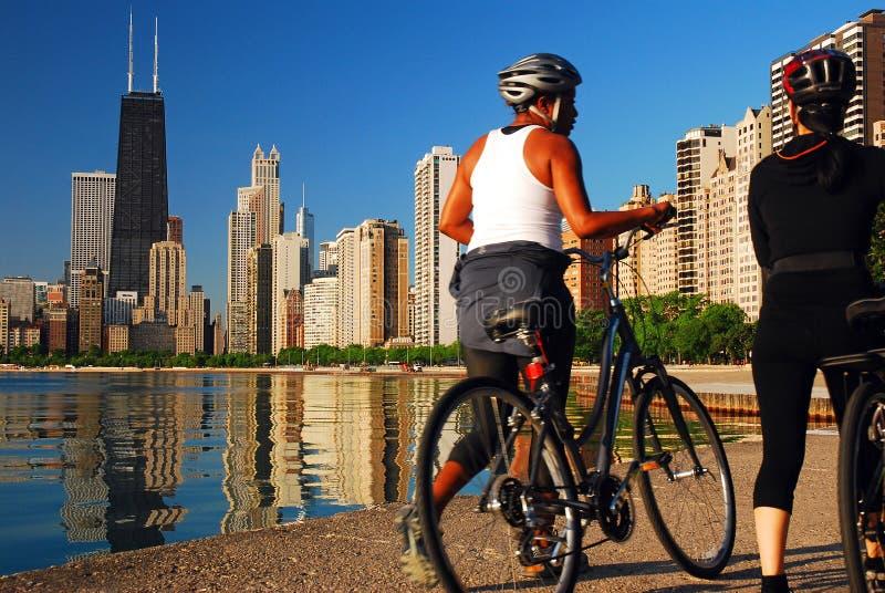 Ciclistas ao longo do lakeshore em Chicago fotografia de stock