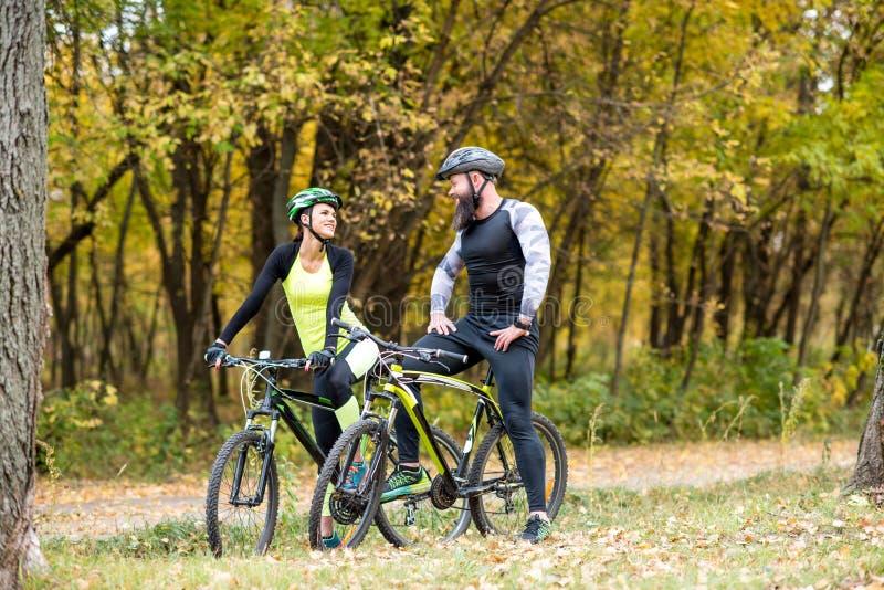Ciclistas con las bicis en parque del otoño imágenes de archivo libres de regalías