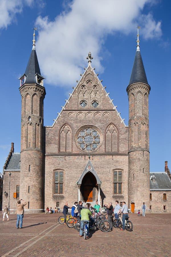 Ciclistas delante de Ridderzaal medieval, La Haya, Países Bajos fotos de archivo
