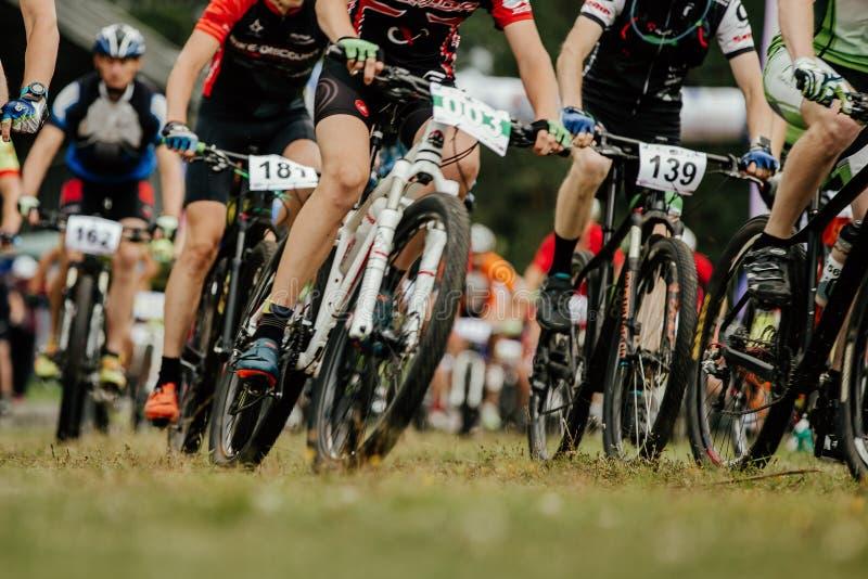 Ciclistas dos motociclistas da montanha dos atletas do grupo começados foto de stock royalty free