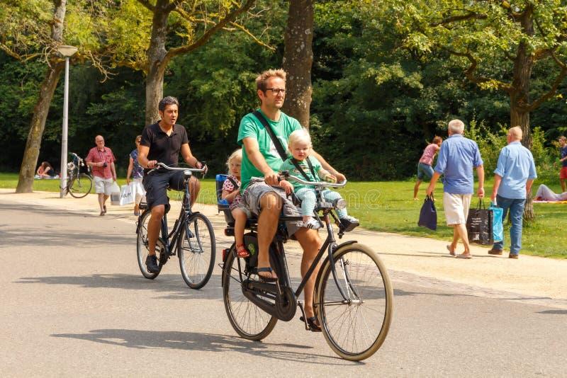 Ciclistas em Amsterdão fotografia de stock