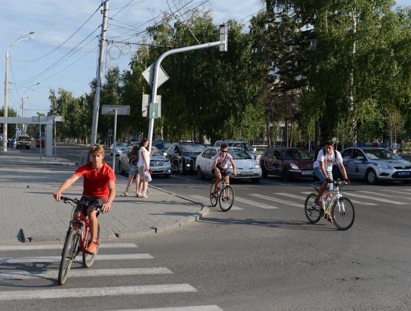 Ciclistas em uma interseção na cidade foto de stock