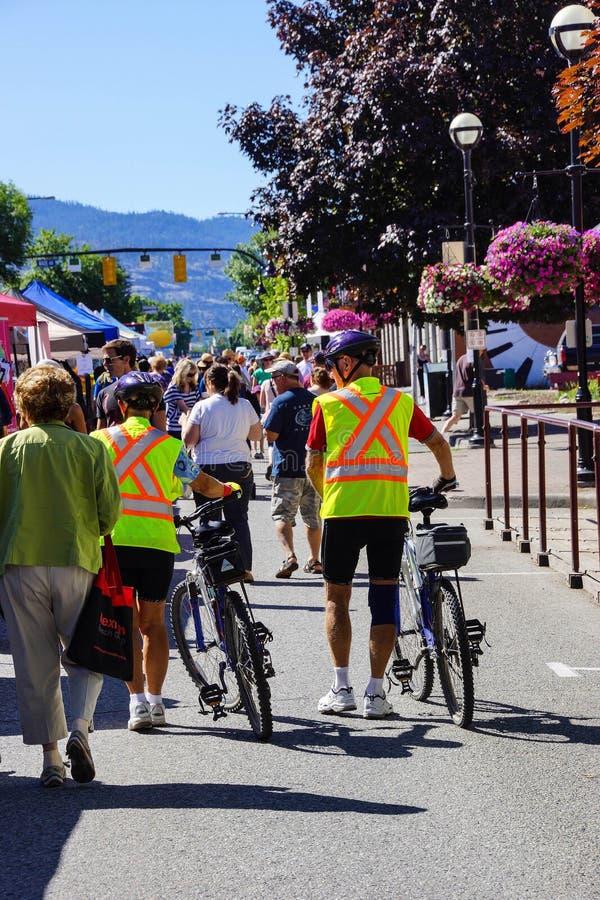 Ciclistas em vestes amarelas da segurança imagem de stock royalty free