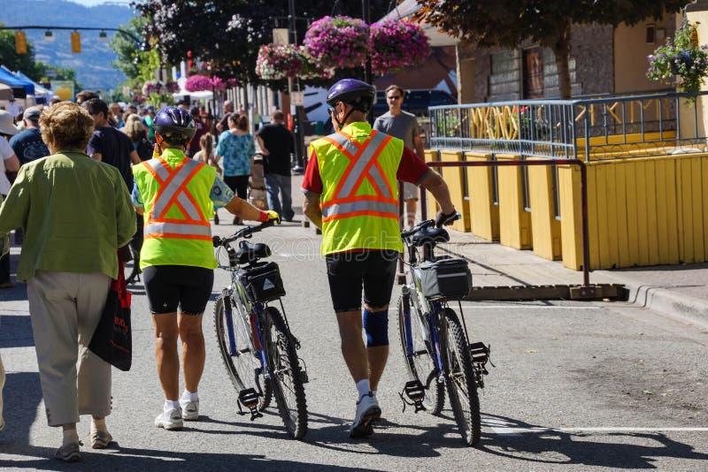 Ciclistas em vestes amarelas da segurança imagem de stock