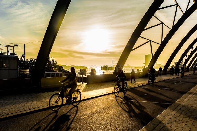 Ciclistas en Amsterdam imagen de archivo