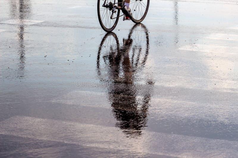 Ciclistas en la lluvia fotos de archivo libres de regalías