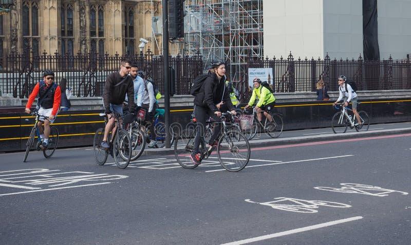 Ciclistas en Londres imagen de archivo
