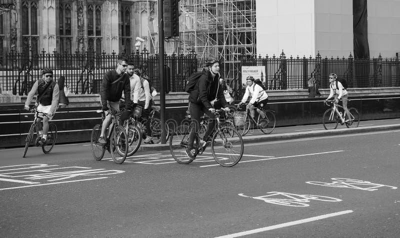 Ciclistas en Londres blanco y negro imágenes de archivo libres de regalías