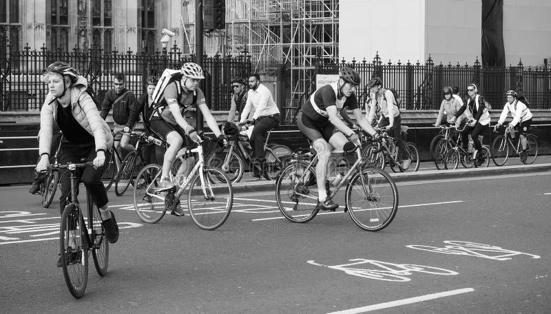 Ciclistas en Londres blanco y negro imagen de archivo