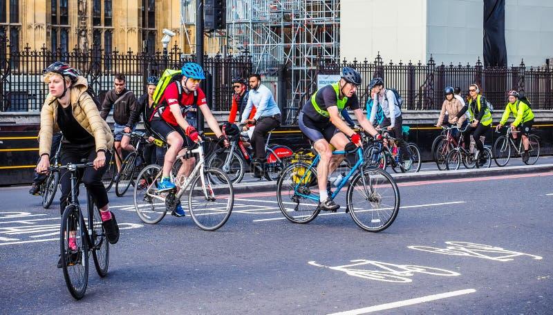 Ciclistas en Londres (hdr) imágenes de archivo libres de regalías