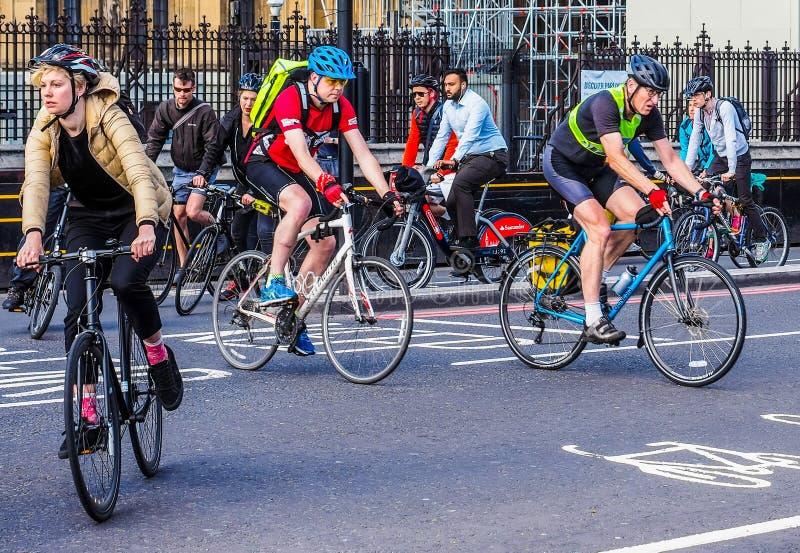 Ciclistas en Londres (hdr) fotos de archivo