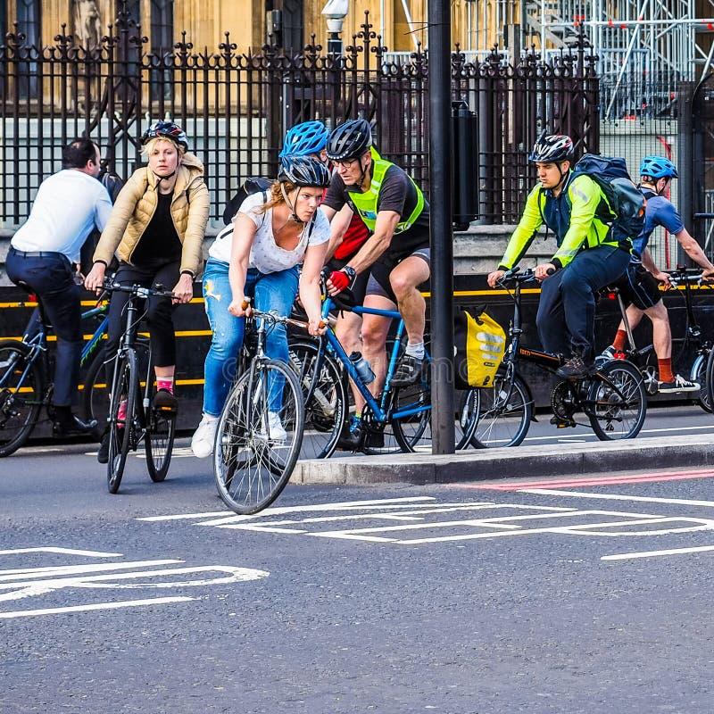 Ciclistas en Londres (hdr) imagenes de archivo