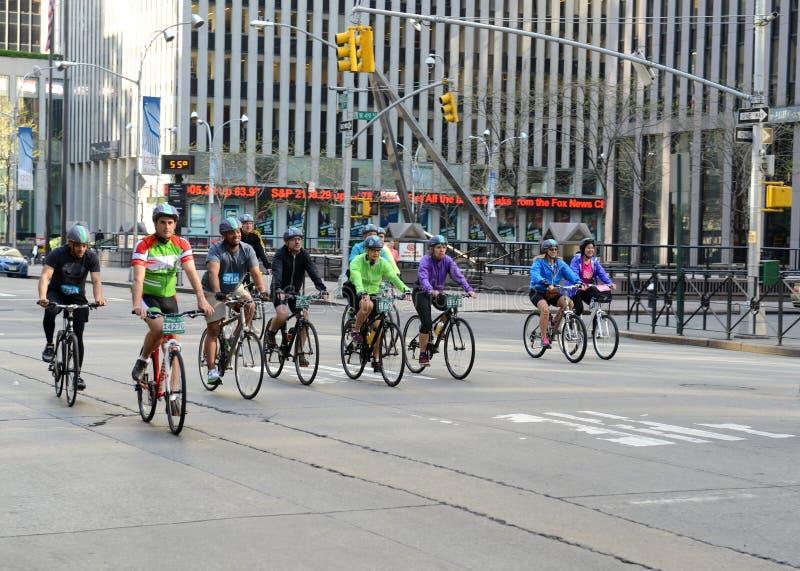 Ciclistas en los cinco Boro Bike Tour en Nueva York imagenes de archivo