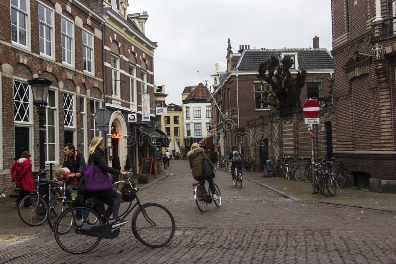 Ciclistas en Utrecht en Holanda fotografía de archivo