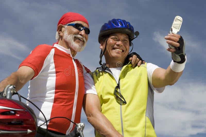 Ciclistas masculinos superiores que tomam o autorretrato imagem de stock