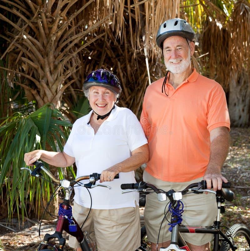 Ciclistas mayores felices fotografía de archivo