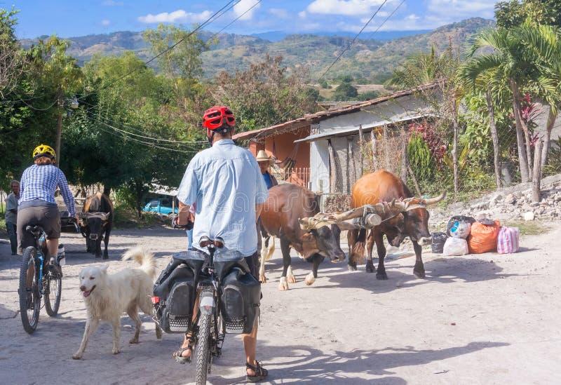 Ciclistas na estrada de terra em San Sebastian, Honduras fotos de stock
