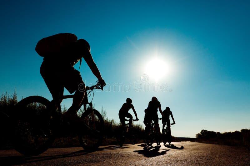 Ciclistas no movimento imagem de stock