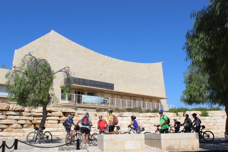 Ciclistas no parque nacional de Ben Gurion em Israel fotografia de stock royalty free
