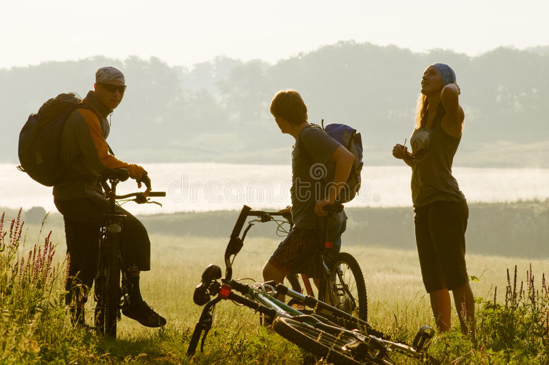 Ciclistas no por do sol foto de stock royalty free