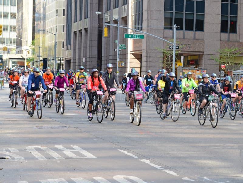 Ciclistas nos cinco Boro Bike Tour em New York imagem de stock