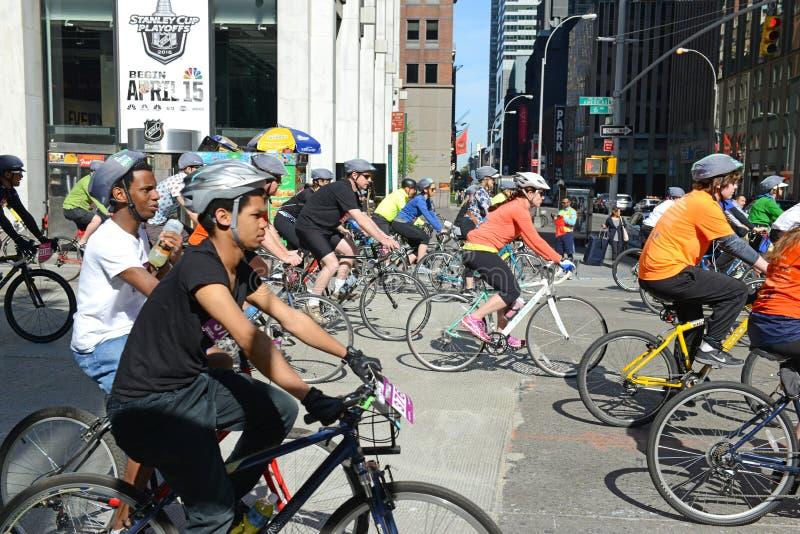 Ciclistas nos cinco Boro Bike Tour em New York imagens de stock royalty free