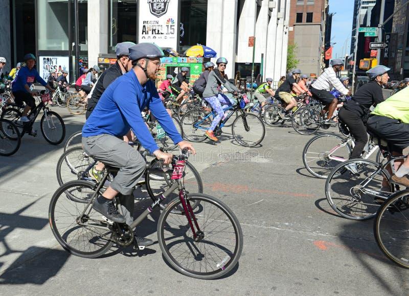 Ciclistas nos cinco Boro Bike Tour em New York foto de stock royalty free
